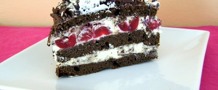 Torta de chantilly y fresas con chocolate